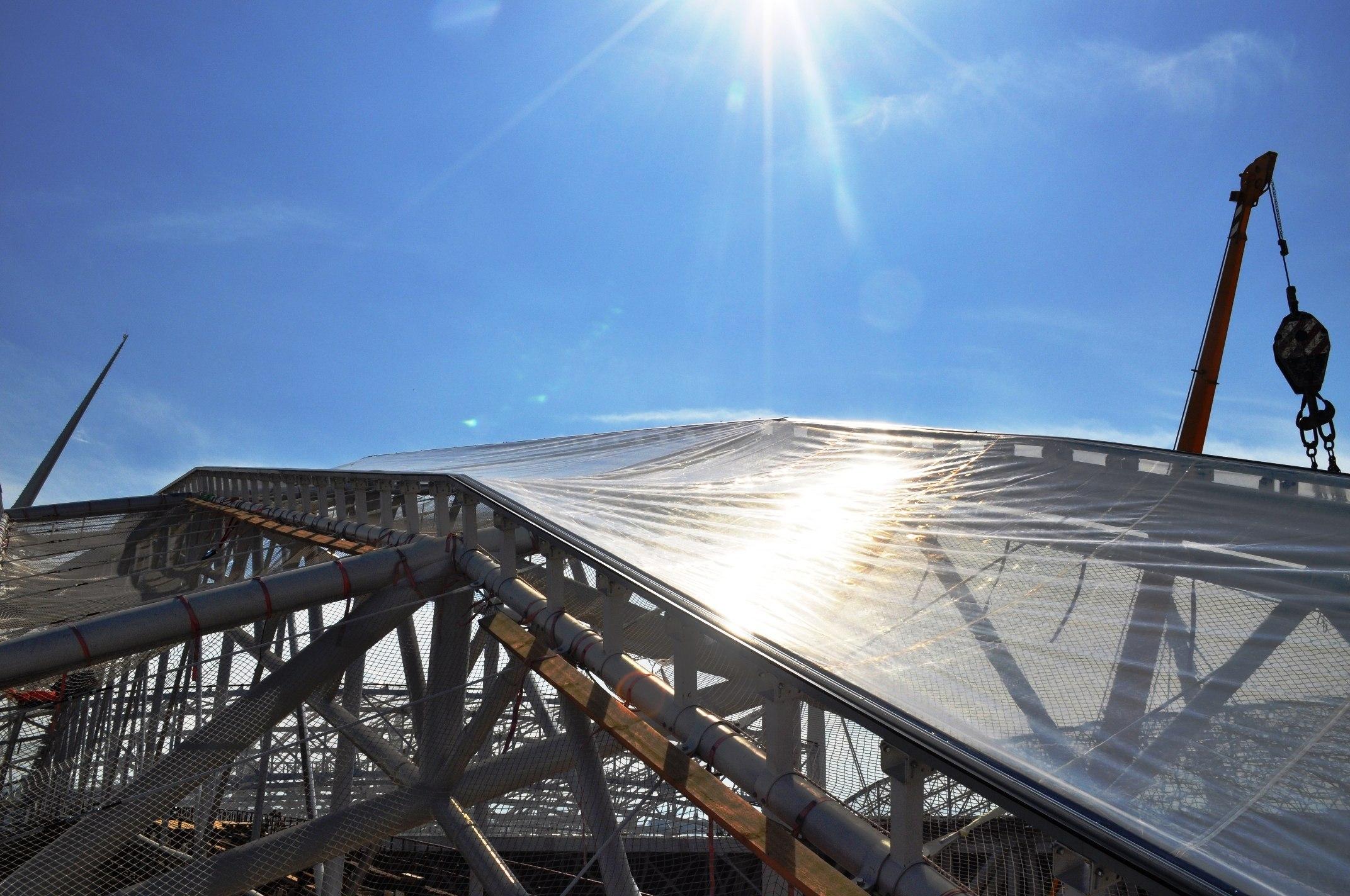 На крыше стадиона на Крестовском острове начался монтаж светопрозрачной плёнки